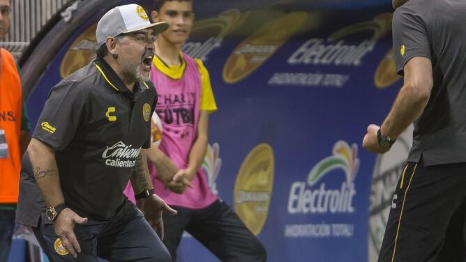 ¡Todo un show el de Maradona! Gritó, alentó y hasta bailó 'El Pelusa' en su debut con Dorados