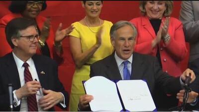 Gobernador Abbott firma la reforma que financiará a las escuelas públicas de Texas