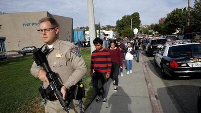 En un minuto: Suspenden clases en todo Santa Clarita tras el tiroteo escolar que dejó dos muertos y tres heridos