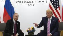 """En un minuto: Trump se reúne con Putin en Japón y le dice entre risas: """"No te metas en las elecciones, por favor"""""""