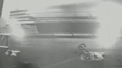 Rescatan a un hombre que cayó casi 20 pies de altura en un crucero en su luna de miel