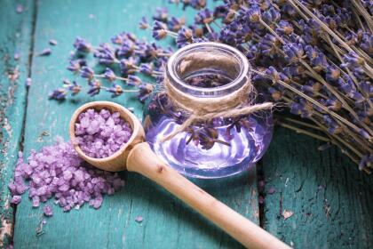 Claramente también tiene propiedades medicinales comprobadas, como en forma de té, que ayuda a desintoxicar tu cuerpo. Si se inhala el vapor de la lavanda en agua hirviendo, se descongestionan las vías respiratorias.