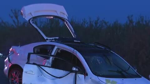 Sumergido en el agua, así quedó este vehículo luego de un accidente en el condado de Fresno
