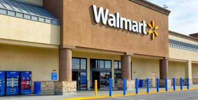 Atacan a una mujer con un bate de béisbol en un Walmart de Burlington