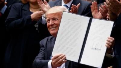 Trump firma una orden ejecutiva que facilita a grupos religiosos meterse en campañas políticas