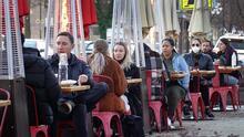 Bajan restricciones por el Covid-19 a nivel 1 en Chicago: abren restaurantes