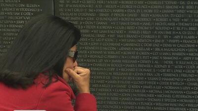 Soldados que pelearon en la Guerra de Vietnam y familiares visitan en San Antonio la réplica de la pared que tiene escritas los nombres de quienes murieron en el conflicto