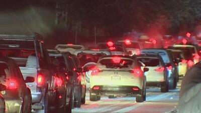 Cientos de personas atrapadas por la nieve y bajo inclementes temperaturas en vías en California