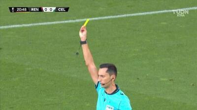 Tarjeta amarilla. El árbitro amonesta a Odsonne Edouard de Celtic