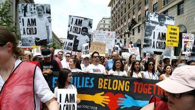 """Indignados por """"una política migratoria inhumana"""": la separación de niños de sus padres moviliza a miles de estadounidenses"""