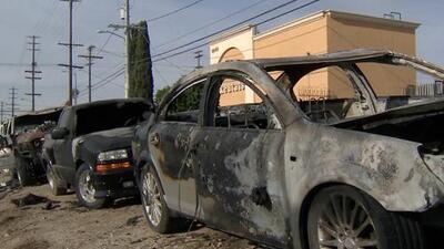 'Los Ángeles en un Minuto': Buscan al presunto responsable de la quema de varios vehículos en un concesionario