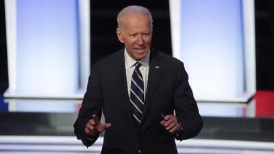 Joe Biden responde los ataques en el segundo debate demócrata y con ello se apodera del tiempo en pantalla