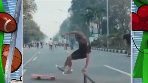 ¡Doble raspada! Se cae de la patineta y tumba a un ciclista desprevenido