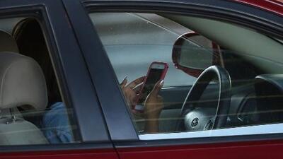 Policía de Illinois registra cerca de 10 accidentes de tráfico al día, la mayoría causados por conductores distraídos