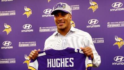 Jugador de los Minnesota Vikings presume la playera del Tri