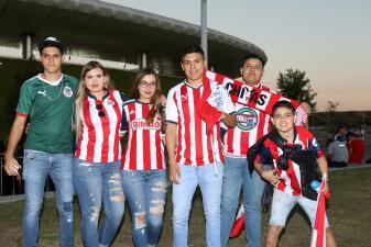 Aunque pocos, los aficionados de Chivas llegaron en busca de remontada
