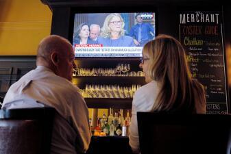En bares, universidades y aviones: así se vieron los interrogatorios de Kavanaugh y Christine Blasey Ford (fotos)
