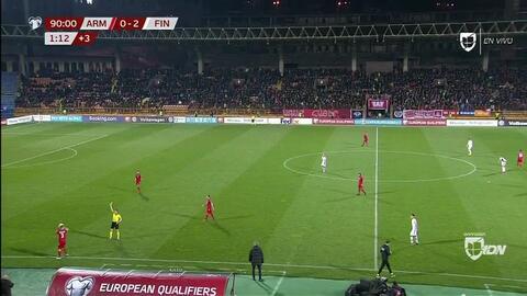 Tarjeta amarilla. El árbitro amonesta a Varazdat Haroyan de Armenia