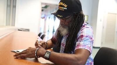 Exconvictos de Florida acuden a registrarse tras recuperar su derecho al voto en una jornada que califican de histórica
