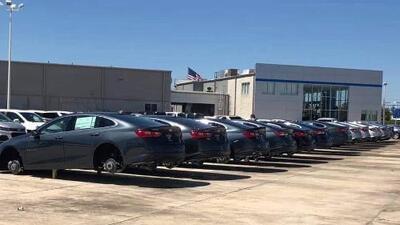 Dos ladrones roban 124 ruedas de 31 autos nuevos