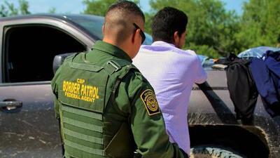 """El gobierno """"manipula"""" datos de arrestos para criminalizar a migrantes detenidos en la frontera"""