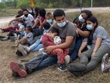 """Texas demanda al gobierno de Biden por """"alentar la propagación de covid-19"""" con entrada de inmigrantes"""