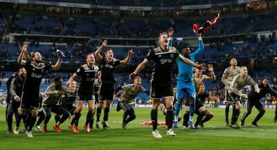 Celebración como campeones: el festejo de Ajax en el Bernabéu tras eliminar a Real Madrid