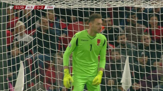 ¡Increíble atajada de Berisha para quitarle el gol a Olivier Giroud!