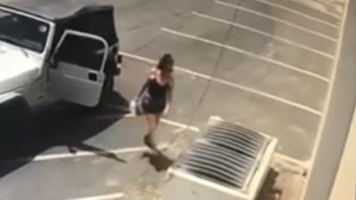 Mujer tira una bolsa plástica llena de cachorros al basurero y queda captada en video