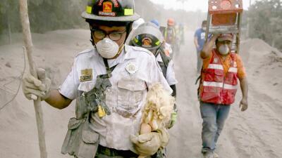 Rescatistas extenuados y familias devastadas: la destructiva erupción del volcán de fuego de Guatemala (fotos)