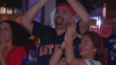 Fanáticos de los Astros celebran la victoria ante los Tampa Bay Rays y el paso a la final de la Liga Americana