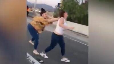 "En video: Pareja llama ""frijoleros"" a una familia hispana y desata una batalla campal"