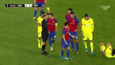 Tarjeta amarilla. El árbitro amonesta a Blás Riveros de Basel