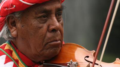 Los rarámuri hacen fiesta tras la muerte del icono cultural indígena Don Erasmo Palma