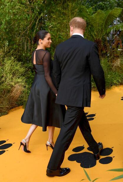 Y se mantuvo conversando con su esposo mientras caminaban hacia el lugar donde estaban los protagonistas y otras celebridades vinculadas al filme.