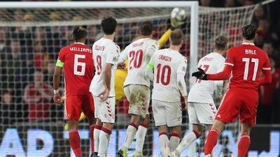 ¡Tremenda atajada de Schmeichel le niega un golazo a Bale!