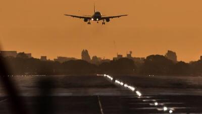 Un avión de 136 pasajeros se salió de la pista y cayó en un río en Jacksonville Florida