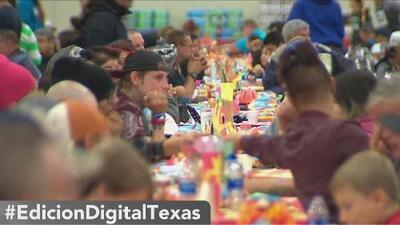 Miles disfrutan de la cena de Acción de Gracias de Raúl Jiménez