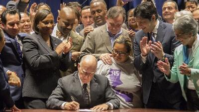 California y Nueva York firman leyes para elevar el salario mínimo
