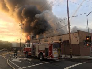 En fotos: el incendio en una bodega de artistas en Oakland que revivió los recuerdos de la tragedia 'Ghost Ship'