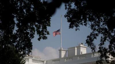 Tras una ola de críticas, la Casa Blanca pone otra vez a media asta la bandera en honor a McCain