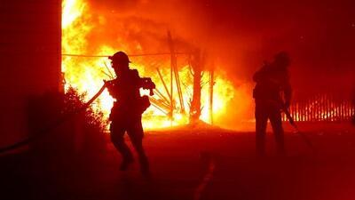 Vientos huracanados podrían avivar los fuegos en California