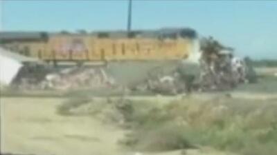 Un camión se vio impactado por un tren en California