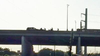 Un hombre que intentaba saltar de un puente en Texas muere por disparos de la policía
