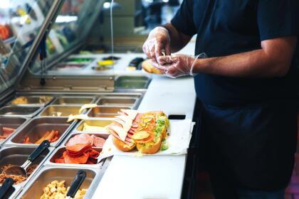 <b>Puesto 4. Asistentes de comedor, cafetería y barra. </b>Son unos 118,000 en EEUU y ganaron 23,244 dólares en 2018. Se encargan de asistir a los cocineros y barmans, lo que no requiere más que una breve capacitación.