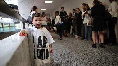En un minuto: Un juez decide quién debe hallar a padres deportados separados de sus hijos
