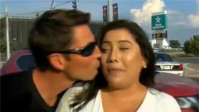 Le dio un beso a una reportera durante una transmisión en vivo y ahora enfrenta cargos penales