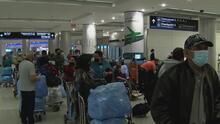 """""""Voy incierto para allá"""": preocupación entre viajeros cubanos tras suspensión del uso del dólar en la isla"""