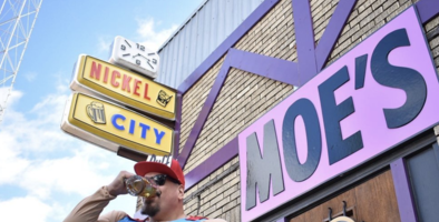"Bar de Austin se convierte en la legendaria ""Taberna de Moe"" en Halloween"