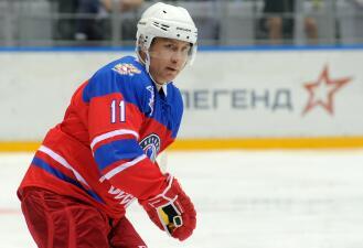 Toca piano, juega hockey, es cinta negra, vuela y es presidente, ¿qué no hace Vladimir Putin?